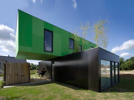 Экологичный дом из контейнеров (Eco-Friendly Crossbox House) во Франции от Clement Gillet Architectes.