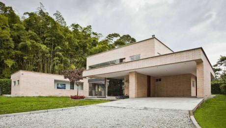 Кирпичный дом в Колумбии