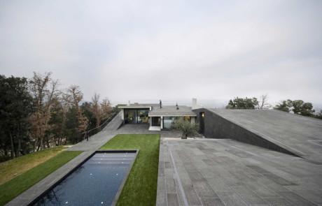 Бетонный дом на склоне в Испании