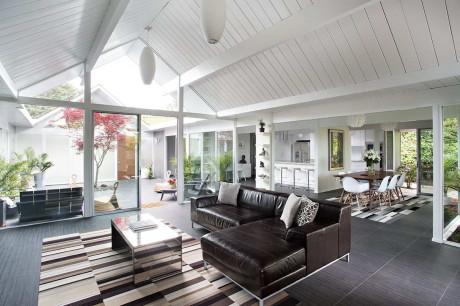 Реконструкция дома (Double Gable Eichler Remodel) в США от Klopf Architecture.