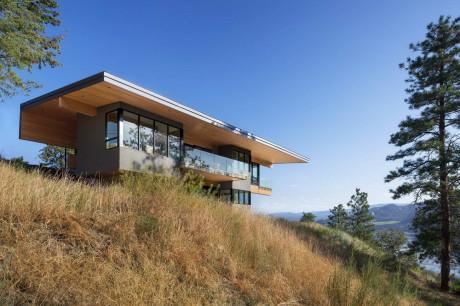 Дом на склоне у озера в Канаде