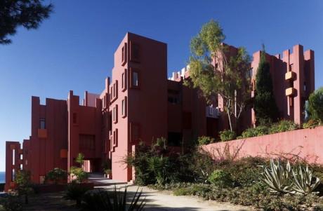 """Многоквартирный дом """"Красная стена"""" (La Muralla Roja) в Испании"""