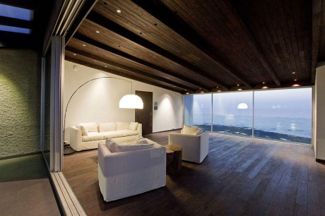 Вновь построенный пентхаус имеет роскошные стеклянные стены, просторные террасы и захватывающий вид на Аравийское море.