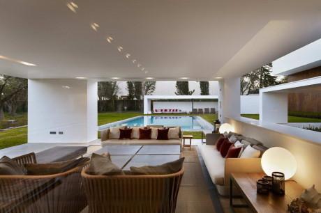 Дом в Ла Моралеха (House in La Moraleja) в Испании от DHAL & GHG Architects.