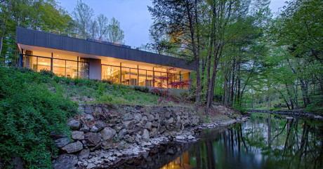 Лесной дом у реки в США