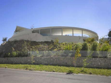 Бетонный дом с бассейном в Чили