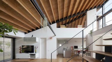 Дом с большим шатром (House with a Large Hipped Roof) в Японии от Naoi Architecture & Design Office.