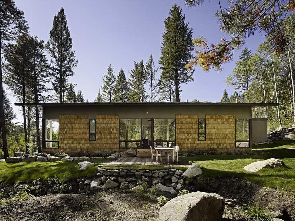 Дизайн интерьера гостиной с двумя окнами на разных стенах