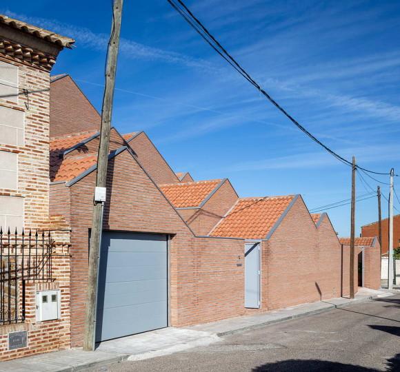 Кирпичный городской дом в Испании