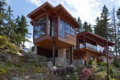Дом в горах у озера в Канаде