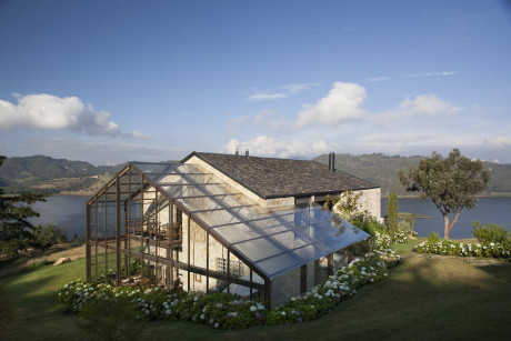 Дом у озера (House on the Lake) в Колумбии от De La Carrera – Cavanzo Arquitectura.
