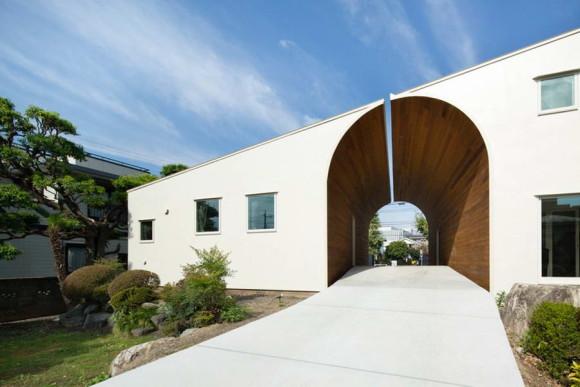 """Дом """"Стена с аркой"""" (Arch Wall House) в Японии от Naf Architect & Design."""