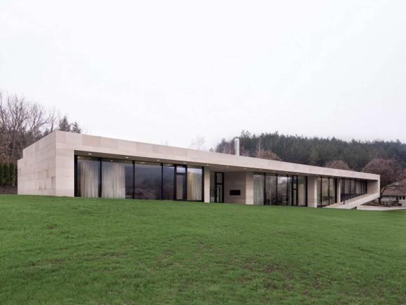 Длинный дом (Slight Slope Long House) в Болгарии от I/O Architects.