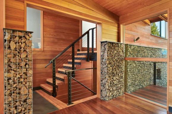 Деревянный дом у озера в США