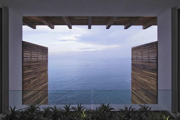 Дом на склоне у океана в Мексике