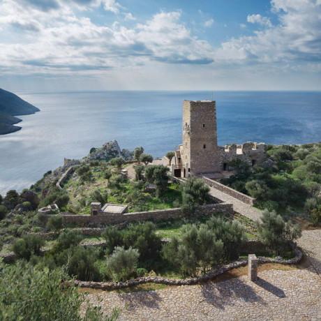 Каменный дом-башня в Греции