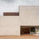 Надкушенный дом (Bitten House) в Испании от arnau estudi d'arquitectura.