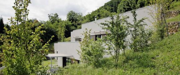 Дом под землёй (Casa Semi-Ipogea) в Италии от Dario Scanavacca Architetto.