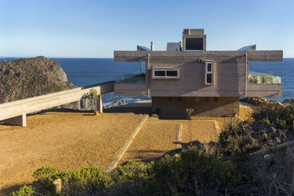 Бетонный дом на скале в Чили