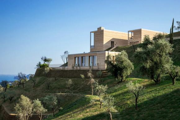 Каменный дом на склоне в Италии