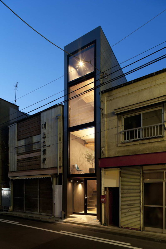 Дом шириной 1,8 метра (1.8 M Width House) в Японии от YUUA Architects and Associates.