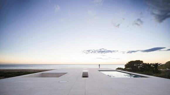 Каменный дом у моря в Испании