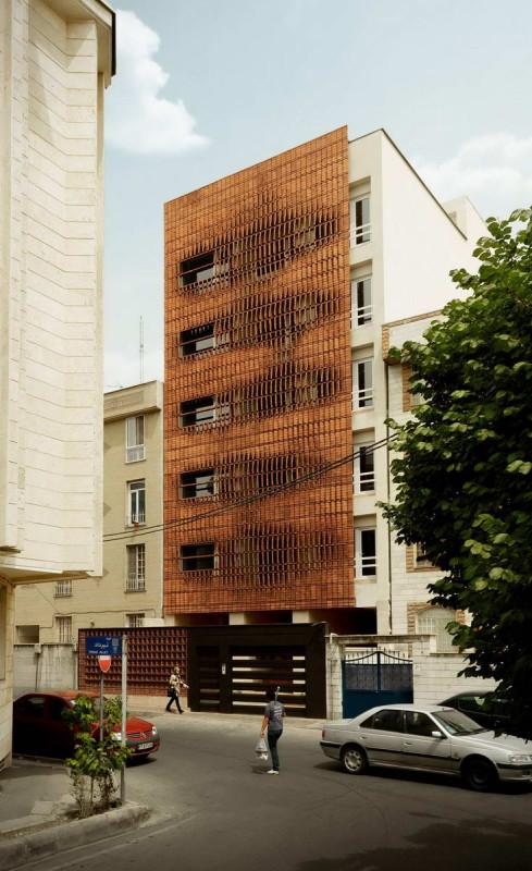 Кирпичный фасад городского дома в Иране