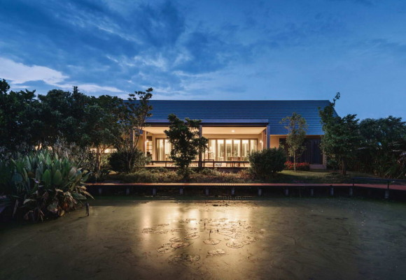 Дом Треугольник (Triangle House) в Таиланде от Phongphat Ueasangkhomset.
