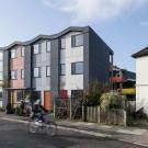 Бюро Ричарда Роджерса реализовало первый жилой комплекс для малоимущих, состоящий из быстровозводимых сборных ячеек.