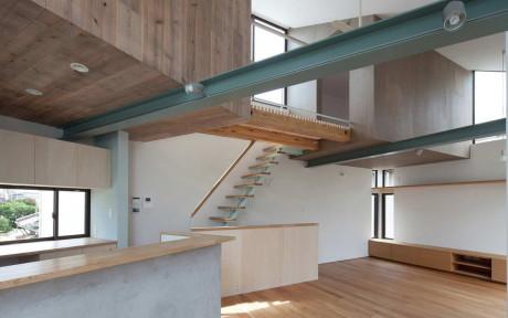 Маленький дом (Small House with Floating Treehouse) в Японии от Yuki Miyamoto Architect.