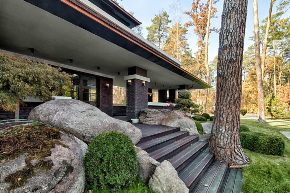 Wright-Inspired Contemporary Home 11