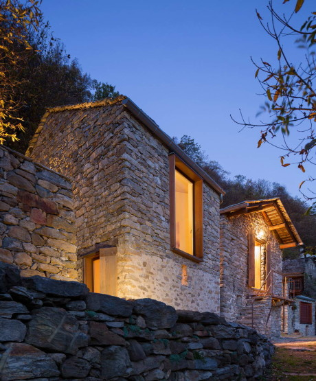 Каменный дом в горах (Mountain Stone House) в Италии от Vudafieri Saverino Partners.