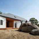 Дом у камня (Rock House) в Южной Корее от B.U.S Architecture.