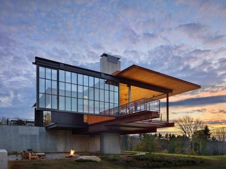 Дом у леса и реки в США