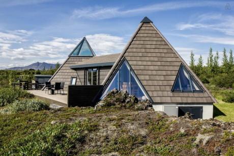 Дом из двух пирамид в Исландии