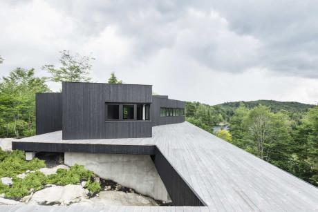 Дом на лесном склоне в Канаде