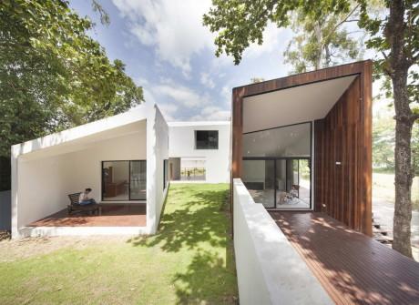 Дом у канала (Mae Kao Canal House) в Таиланде от EKAR & Full Scale Studio.