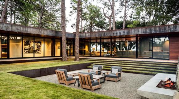 Этот роскошный загородный дом построен на живописном участке рядом в водохранилищем.
