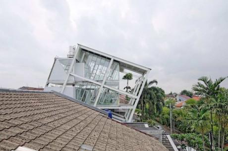 Наклонный дом из стекла и металла в Индонезии