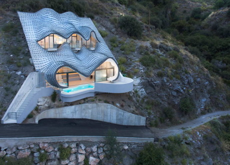 Подземный дом на склоне в Испании