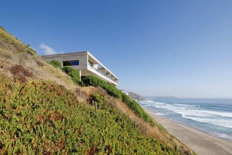 Бетонная вилла у океана в Чили