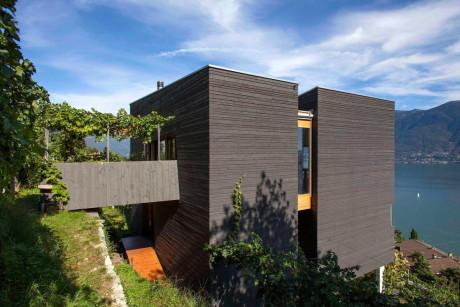 Ещё три деревянных загородных дома с плоской крышей, выполненные в модернистской стилистике.
