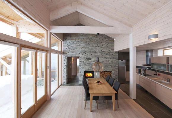 Деревянный дом на склоне в Норвегии
