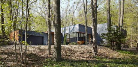 Лесной кирпичный дом в Канаде