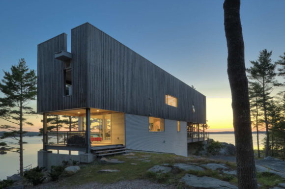 Дом-мост (Bridge House) в Канаде от Mackay-Lyons Sweetapple Architects.