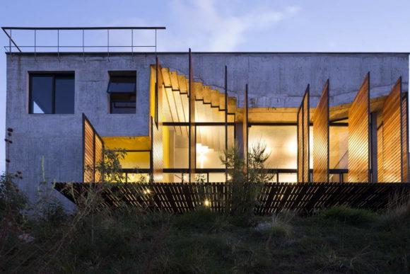 Беонный дом с бассейном на крыше в Бразилии