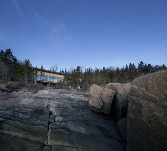 Дом на скалах в Канаде