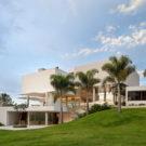 Дом в Лаго Сул (House in Lago Sul) в Бразилии от Sergio Parada Arquitetos Associados.