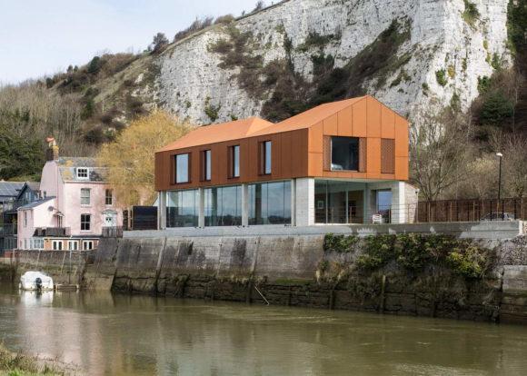 Ржавый дом у реки в Англии