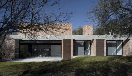 Кирпичный дом на склоне в Аргентине